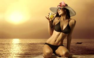 Hermosa chica en la playa.