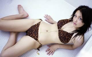 Attraente seminuda asiatica.