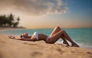 Foto von anmutigen Mädchen am Strand